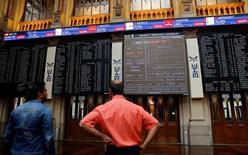 El selectivo de la bolsa española cerró el lunes a la baja, anticipando las dudas de los inversores por la incertidumbre que pesa esta semana por el panorama político y económico europeo.  En la imagen, pantallas electrónicas en la Bolsa de Madrid, España, el 24 de junio de 2016.  REUTERS/Andrea Comas