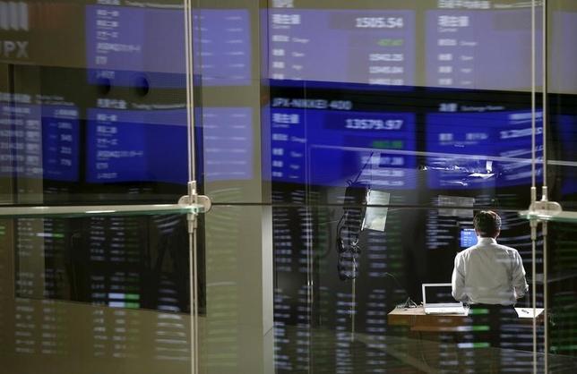 11月29日、寄り付きの東京株式市場で、日経平均株価は前営業日比93円26銭安の1万8263円63銭と続落して始まった。8月撮影(2016年 ロイター/Toru Hanai)