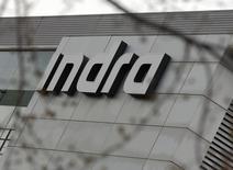 Indra dijo el martes que presentará una opa sobre Tecnocom Telecomunicaciones y Energia SA (Tecnocom) a 4,25 euros por acción. En la imagen, el logo de Indra en su sede en Alcobendas, Madrid, España, el 9 de marzo de 2016. REUTERS/Sergio Pérez