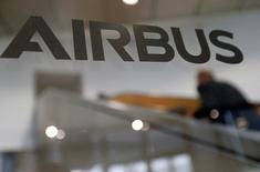 Airbus Group a annoncé mardi lors d'un comité de groupe européen à Toulouse la suppression de 934 emplois nets dans le cadre du projet de réorganisation des activités du constructeur aéronautique et spatial, a déclaré un responsable syndical. /Photo prise le 24 novembre 2016/REUTERS/Regis Duvignau