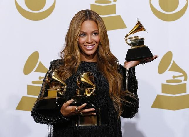 11月29日、米音楽業界最大のイベントであるグラミー賞の主催団体は、授賞式をニューヨークで開催する計画についてニューヨーク市と交渉を行っている。写真はビヨンセ、グラミー賞授賞式で2015年2月撮影(2016年 ロイター/Mike Blake)