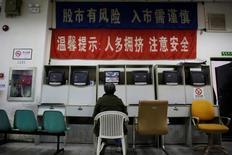 """Брокерская контора в Шанхае. 9 ноября 2016 года. Китайский индекс """"голубых фишек"""" снизился в среду, прервав продолжавшуюся семь сессий победную серию, поскольку сырьевые акции упали на фоне страхов о дефиците ликвидности. REUTERS/Aly Song"""