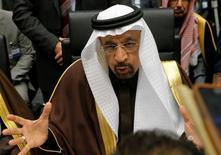 En la imagen, el ministro de Energía de Arabia Saudita, Khalid al-Falih, habla con los periodistas durante una reunion de la OPEP en Vienna, Austria, 30 de noviembre, 2016. Khalid al-Falih dijo el miércoles que la OPEP se está acercando a alcanzar un acuerdo para limitar su producción de petróleo, y dijo que estaba de acuerdo con que Irán congele el bombeo en los niveles previos a las sanciones internacionales.REUTERS/Heinz-Peter Bader
