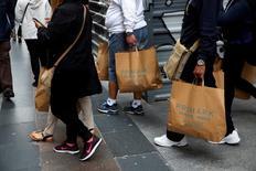 Los precios al consumo en la zona euro se aceleraron otra décima en noviembre debido a una mayor inflación subyacente y de alimentos, dando un leve respiro a los responsables del Banco Central Europeo que se reúnen la próxima semana En la imagen, compradores llevan bolsas de Primark en Madrid, España, el 11 de mayo de 2016. REUTERS/Susana Vera/File Photo