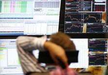 En la imagen de archivo, un hombre mira unas pantallas en la bolsa de Francfórt,  el 29 de junio de 2015. Las bolsas europeas subían el miércoles y seguían en curso para cerrar el mes en positivo, aunque el avance no era muy destacado ante un fin de año que se presenta volátil. REUTERS/Ralph Orlowski