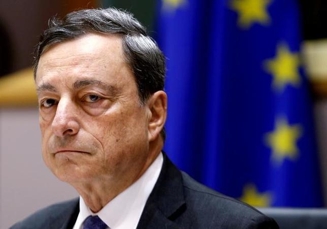11月30日、欧州中央銀行(ECB)のドラギ総裁は同日付のスペインのパイス紙に掲載されたインタビューで、ポピュリズム(大衆迎合主義)の台頭が欧州の統合や、移民・治安問題などへの共同の取り組みを脅かしているとの見解を示した。写真はブリュッセルで6月撮影(2016年 ロイター/Francois Lenoir)