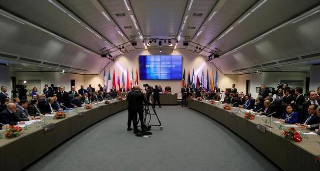 11月30日、石油輸出国機構(OPEC)は総会で、最大で日量140万バレルの減産について協議している。OPEC筋がロイターに明らかにした。OPECの総会の冒頭に撮影(2016年 ロイター/Heinz-Peter Bader)
