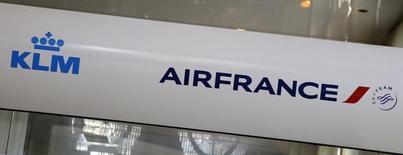 Air France-KLM, à suivre à la mi-séance à la Bourse de Paris. Le titre du groupe franco-néerlandais est la plus forte baisse dus SBF 120 et recule de 2,68% à 5,078 euros à 12h55. Tous les valeurs européennes du transport aérien sont pénalisées par la hausse des cours du pétrole, qui se traduit mécaniquement par une augmentation du prix du kérosène, un poste de dépenses important pour les compagnies aériennes. L'envolée des cours du pétrole dans l'espoir d'un accord à l'Opep pour encadrer la production afin de soutenir les prix. /Photo d'archives/REUTERS/Jacky Naegelen