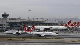 La compagnie aérienne turque Turkish Airlines, dont les bénéfices ont été affectés par la faiblesse de la livre turque et un marché difficile, va louer huit de ses Airbus A330-200 afin de réduire ses coûts. Turkish Airlines a publié pour le troisième trimestre un bénéfice net réduit presque de moitié à 584 millions de livres turques (160 millions d'euros). /Photo d'archives/REUTERS/Murad Sezer