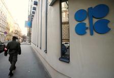Un soldado camina frente a la sede de la OPEP en Viena, Austria, 29 de noviembre, 2016.El petróleo subía más de un 8 por ciento el miércoles, después de que algunos de los mayores productores de crudo del mundo acordaron reducir el bombeo por primera vez desde 2008, en un último intento por impulsar los precios. REUTERS/Heinz-Peter Bader - RTSTSCZ