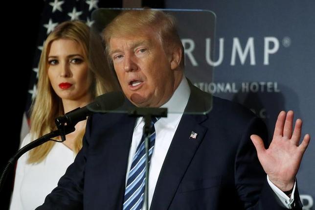 11月30日、トランプ次期米大統領は、不動産を中心に世界で展開する自身の事業の経営から身を引く考えを示した。ワシントン州でのイベントで先月撮影、後ろは娘のイバンカさん(2016年 ロイター/Carlo Allegri)