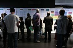 Le taux de chômage est revenu à un creux de sept ans en octobre, montrent les données publiées jeudi par Eurostat. Ce taux de chômage s'établit à 9,8% en octobre après 9,9% en septembre, chiffre révisé après avoir été annoncé à 10%. /Photo d'archives/REUTERS/Eric Gaillard