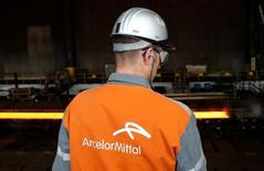 ArcelorMittal, plus forte hausse du CAC 40, progresse de 1,6% à 7,242 euros. /Photo d'archives/REUTERS/Francois Lenoir