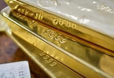 Слитки золота. Золото в четверг подешевело до минимума с февраля, расширяя потери после сильнейшего месячного спада более чем за три года на фоне роста цен на нефть и доходности гособлигаций США. REUTERS/Mariya Gordeyeva