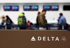 Les 13.000 pilotes de la compagnie américaine Delta Air Lines ont approuvé à 82% un nouveau contrat leur assurant une hausse salariale de 30% d'ici 2019. /Photo prise le 8 août 2016/REUTERS/Ginnette Riquelme/