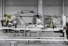 Los empleadores estadounidenses probablemente habrían aumentado las contrataciones en noviembre en medio de una confianza cada vez mayor en la economía, lo que impulsaría a la Reserva Federal a subir los tipos de interés en diciembre. En la imagen, un Acura NSX de Honda en una línea de asamblaje en Marysville, Ohio, EEUU, el 11 de noviembre de 2016. REUTERS/Maki Shiraki