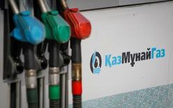 Бензиновые насосы на автозаправочной станции Казмунайгаза в Алма-Ате. Казахстан объявит решение о сокращении добычи нефти лишь по итогам встречи стран ОПЕК и не входящих в организацию государств, говорится в сообщении пресс-службы министерства энергетики.  REUTERS/Shamil Zhumatov