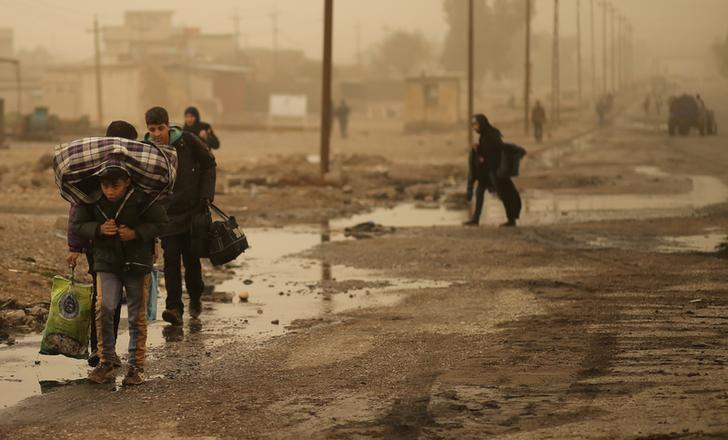 Iraqi people flee the Islamic State stronghold of Mosul in al-Samah neighborhood, Iraq December 2, 2016. REUTERS/Mohammed Salem