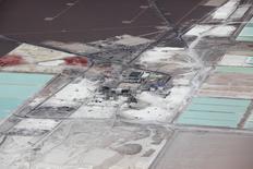 Imagen de archivo de una vista aérea de las piscinas de salmuera y plantas de procesamiento de la mina de litio de Soquimich en la planicie de sal de Atacama, norte de Chile, 10 de enero de 2013. El Gobierno de Chile resolvió presentar cargos contra el gigante del litio SQM por una serie de supuestas violaciones medioambientales que podrían resultar en multas de hasta 22,2 millones de dólares, reportaron medios chilenos el sábado. REUTERS/Ivan Alvarado (CHILE - Tags: BUSINESS ENVIRONMENT COMMODITIES POLITICS) - RTR4TVVY