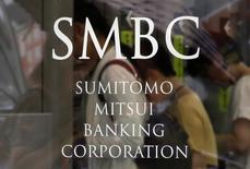 Люди пользуются банкоматами в отделении Sumitomo Mitsui Banking Corporation в Токио. Японский банк Sumitomo Mitsui Banking Corp (SMBC) ведет переговоры о предоставлении российскомуАльфа-банку финансирования совместно с Японским банком для международного сотрудничества (Japan Bank for International Cooperation) и Государственным экспортно-кредитным агентством Японии (Nippon Export and Investment Insurance).  REUTERS/Yuya Shino (JAPAN - Tags: BUSINESS LOGO)