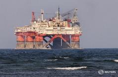"""Imagen de archivo de la plataforma petrolera """"Lolair"""" de la compañía estatal mexicana Petróleos Mexicanos (Pemex) cerca del puerto de Veracruz, en México. 7 junio 2012. La gigante minera australiana BHP Billiton se convirtió el lunes en la socia de la petrolera estatal mexicana Pemex para desarrollar el bloque Trión en aguas profundas del Golfo de México, tras ganar una esperada licitación. REUTERS/Yahir Ceballos"""