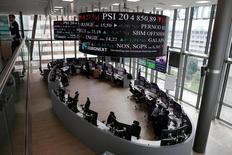 A part un léger repli pour Milan, les Bourses européennes ont terminé lundi en nette hausse, les investisseurs ignorant les risques d'instabilité politique en Italie pour retenir plutôt les nouvelles mesures d'assouplissement monétaire que pourrait annoncer jeudi la Banque centrale européenne. /Photo d'archives/REUTERS/Gonzalo Fuentes