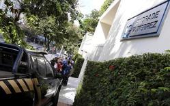 Viatura da Polícia Federal é vista em frente à sede da construtora Andrade Gutierrez em Belo Horizonte, no Brasil 19/06/2015 REUTERS/Washington Alves