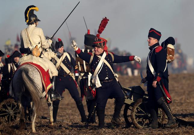 12月5日、チェコ共和国のモラビア南部の町スラフコフ・ウ・ブルナで3日、1000人を超える歴史愛好家らが集い、ナポレオン率いる軍隊が連合軍を破った有名な「アウステルリッツの戦い」を再現した(2016年 ロイター/David W Cerny)