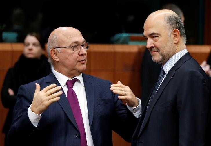 French Finance Minister Michel Sapin talks to European Economic and Financial Affairs Commissioner Pierre Moscovici (R) during a euro zone finance ministers meeting in Brussels, Belgium December 5, 2016. REUTERS/Francois Lenoir