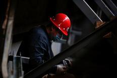 Un trabajador en la fábrica Tianye Tolian Heavy Industry Co. en Qinhuangdao, China, dic 2, 2016. El creciente apalancamiento corporativo de China destaca la necesidad urgente de acelerar reformas orientadas al mercado, dijo un funcionario del Tesoro de Estados Unidos, que añadió que eliminar las distorsiones del sector estatal es crucial para reequilibrar a la segunda economía más grande del mundo.    REUTERS/Thomas Peter