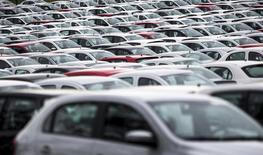 Vehículos nuevos en la planta de Volkswagen en Taubaté, Brasil, mar 30, 2016. La producción de automóviles en Brasil subió 22,4 por ciento y las ventas aumentaron un 12,0 por ciento en noviembre frente a octubre, dijo el martes la asociación nacional de fabricantes de autos.      REUTERS/Roosevelt Cassio