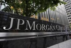 """L'action JPMorgan Chase a connu une telle progression qu'à """"un certain cours"""", la banque pourrait envisager de verser un dividende exceptionnel plutôt qu'un rachat d'actions, a déclaré mardi le PDG Jamie Dimon. L'action est en hausse d'un quart depuis le début de l'année. /Photo d'archives/REUTERS/Mike Segar"""