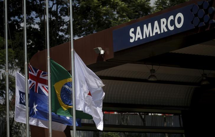 FILE PHOTO - An Australian (2nd L) and a Brazilian (2nd R) flags are pictured on the entrance of the mine operator Samarco owned by Vale SA and BHP Billiton Ltd in Mariana, Brazil, November 11, 2015.   REUTERS/Ricardo Moraes/File Photo