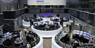 Трейдеры на торгах фондовой биржи во Франкфурте-на-Майне 22 ноября 2016 года. Европейские фондовые рынки начали сессию среды на положительной территории, при этом региональный банковский индекс пробил пик 11 месяцев после того, как Credit Suisse объявил о новом сокращении расходов, в то время как итальянские банки готовятся к лучшему двухдневному ралли с 2012 года. REUTERS/Staff/Remote