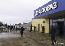 Вход на территорию Автоваза в Тольятти 24 февраля 2016 года. Крупнейший российский автопроизводитель Автоваз может привлечь через допэмиссию акций до 29,5 миллиарда рублей, следует из сообщения компании, размещенного в среду. REUTERS/Gleb Stolyarov/Files