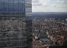 Los precios de la vivienda en España repuntaron un 4 por ciento interanual en el tercer trimestre, manteniendo una tendencia al alza que comenzó hace ya dos años y medio tras el batacazo que sufrió el sector a raíz del estallido de la burbuja inmobiliaria durante la crisis. En la imagen, edificios reflejados en la Torre de Cristal en Madrid, España, el 25 de febrero de 2016. REUTERS/Andrea Comas