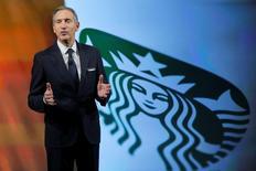 Howard Schultz, directeur général de Starbucks, présente les objectifs de croissance sur les cinq années à venir avec notamment l'ouverture de 12.000 nouveaux points de vente dans le monde d'ici à 2021. Le géant des cafés vise sur les cinq prochaines années une croissance de 10% pour son chiffre d'affaires et de 10-15% pour son bénéfice. /Photo prise le 7 décembre 2016/REUTERS/Andrew Kelly