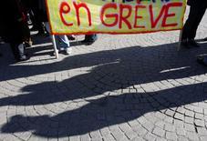 La CGT d'Engie a lancé mercredi un appel à la grève pour le 13 décembre en demandant des hausses de salaires et l'arrêt du plan d'économies et de cessions de l'énergéticien, engagé dans un vaste plan de transformation. Le syndicat réaffirme en outre dans un communiqué que, selon lui, le plan d'Engie se traduira par 10.000 suppressions d'emplois en trois ans, un chiffre dont le groupe rappelle qu'il l'avait déjà démenti au mois de juin. /Photo d'archives/REUTERS/Regis Duvignau