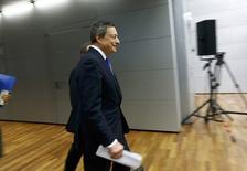 El Banco Central Europeo dejó el jueves prácticamente sin cambios sus proyecciones de inflación y crecimiento para la eurozona tras anunciar un mantenimiento de tipos de interés y una extensión de la compra de activos para impulsar la economía. En la imagen, el presidente del BCE, Mario Draghi, llega a la rueda de prensa en Fráncfort el 8 de diciembre de 2016. REUTERS/Ralph Orlowski