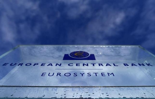 12月8日、欧州中央銀行(ECB)は開いた理事会で現在月額800億ユーロとしている債券買い入れの規模を来年4月から月額600億ユーロに縮小することを決定した。来年3月末までは現行のペースを維持する。 写真は2015年1月、フランクフルトのECB(2016年 ロイター /Kai Pfaffenbach)