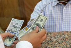 Cliente troca notas de dólar em casa de câmbio no Cairo, Egito 03/11/2016 REUTERS/Mohamed Abd El Ghany