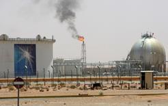 A gas flame is seen in the desert near the Khurais oilfield, Saudi Arabia June 23, 2008. REUTERS/Ali Jarekji/File Photo