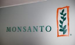 L'Etat américain de Washington a annoncé jeudi avoir déposé une plainte contre Monsanto à qui il demande des dommages et intérêts liés à la production de polychlorobiphényles (PCB) de 1935 à 1979. /Photo d'archives/REUTERS/Denis Balibouse