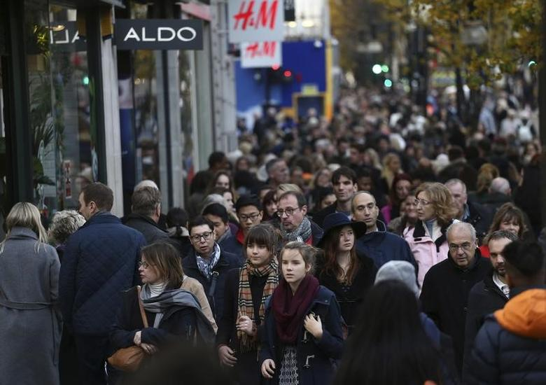 Shoppers walk along Oxford Street in London, Britain December 3, 2016. REUTERS/Neil Hall