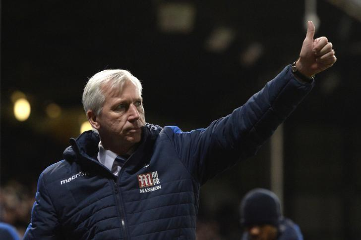 Britain Football Soccer - Crystal Palace v Southampton - Premier League - Selhurst Park - 3/12/16 Crystal Palace manager Alan Pardew gives a thumbs up to the fans in celebration of their victory after the match   Action Images via Reuters / Tony O'Brien Livepic