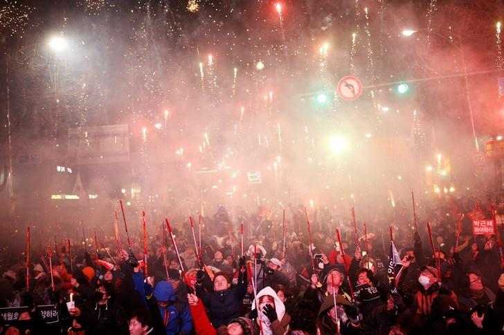People set off fireworks on a road leading to the Presidential Blue House during a protest calling for South Korean President Park Geun-hye to step down in central Seoul, South Korea, December 10, 2016.   REUTERS/Kim Hong-Ji