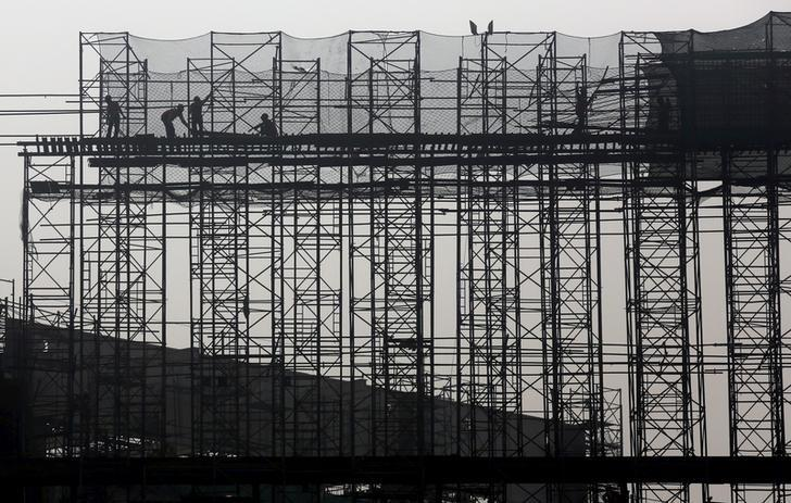 Labourers work at the construction site of a commercial complex on the outskirts of Kolkata, January 29, 2016. REUTERS/Rupak De Chowdhuri/Files