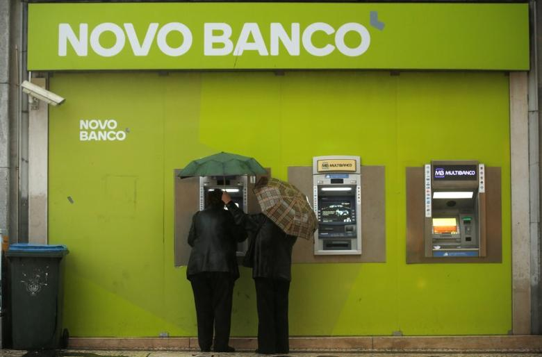 People use ATM machines at a Novo Banco branch in downtown Lisbon, Portugal, May 11, 2016.  REUTERS/Rafael Marchante