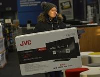 """Imagen de archivo de una persona realizando compras durante el Black Friday en Croydon, Inglaterra, nov 25, 2016. La inflación de Reino Unido alcanzó el mes pasado máximos de más de dos años, impulsada por un aumento en los valores del vestuario y por el impacto que tuvo el """"Brexit"""" sobre los precios que los consumidores pagaron por bienes tecnológicos.    REUTERS/Hannah McKay"""