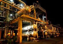 НПЗ венгерской нефтегазовой группы MOL в Сазхаломбатте. Цены на нефть немного снизились в ходе вечерних торгов во вторник вопреки росту спроса в Азии и сокращению поставок рядом ближневосточных государств, таких как ОАЭ, Кувейт и Катар, в рамках глобального пакта о снижении добычи.  REUTERS/Laszlo Balogh/File Photo